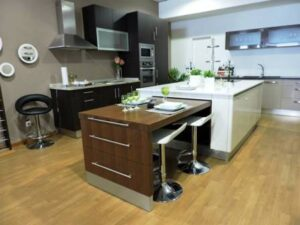Exemplo cozinha loja com mesa extensível.